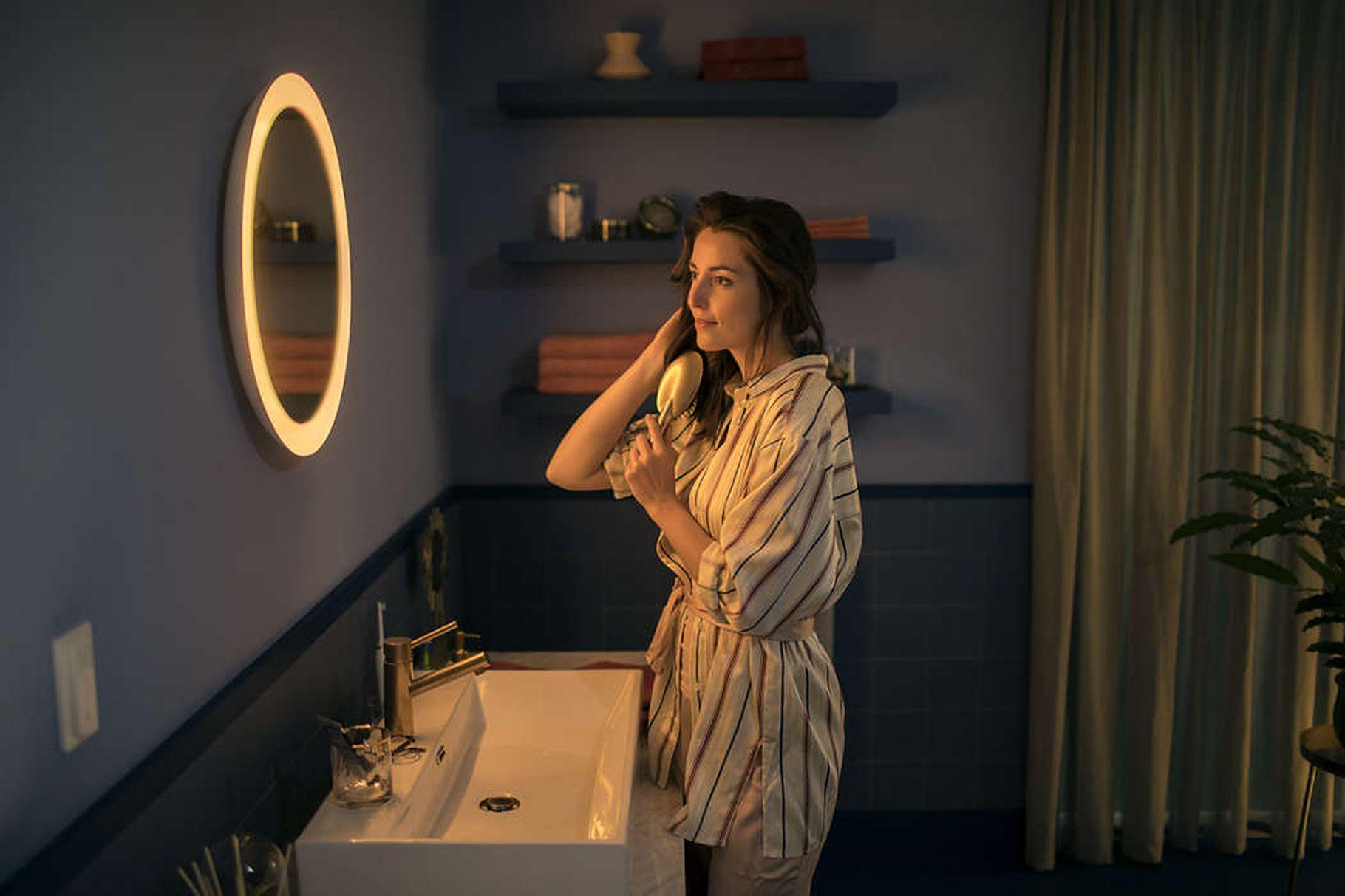 La gamme de lampes connectées Hue de Philips s'enrichit d'un miroir de salle de bain 1