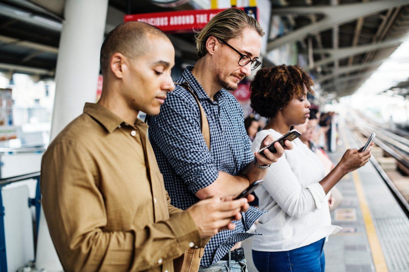 personnes utilisant leur smartphone