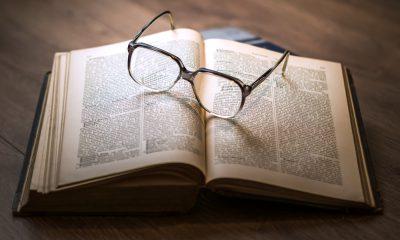 Livre avec lunettes
