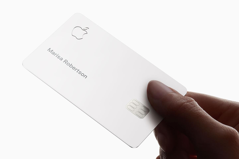 Photo des premières cartes de crédit Apple, avec leur packaging NFC 1