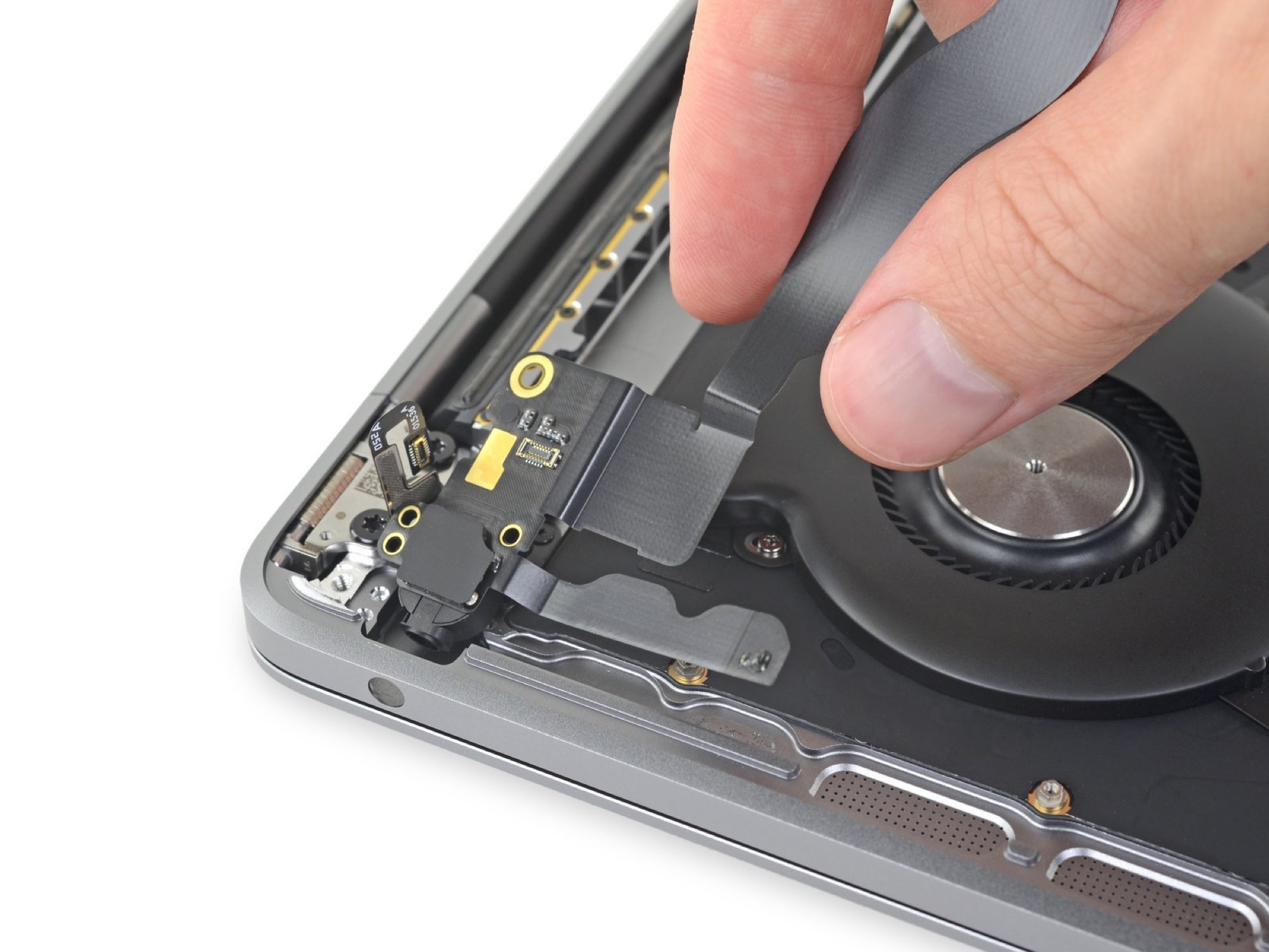 """SSD soudée et batterie gonflée pour le dernier MacBook Pro 13"""" 7"""