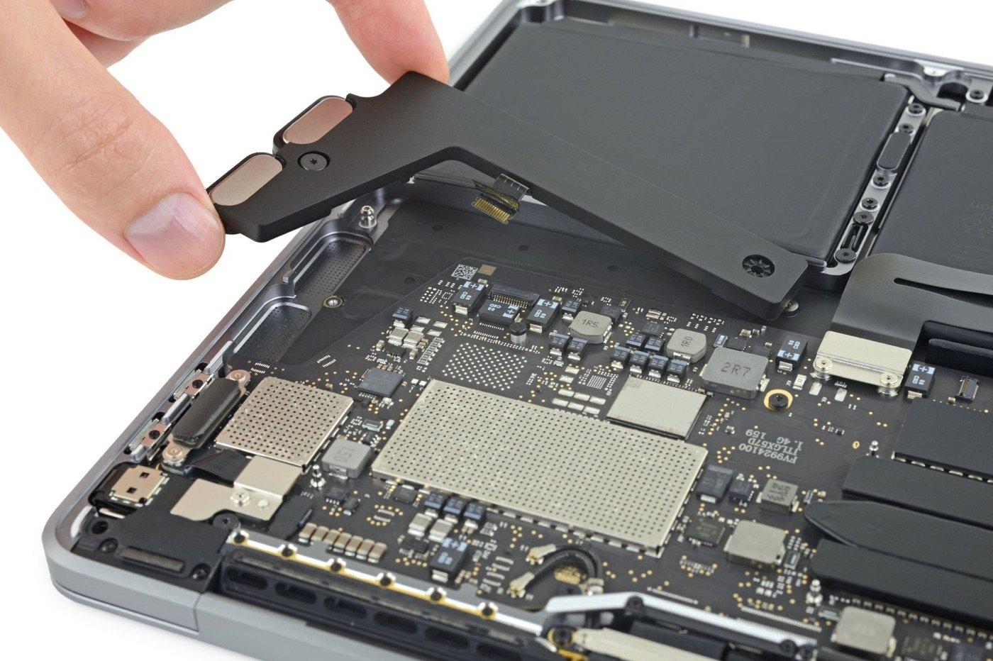"""SSD soudée et batterie gonflée pour le dernier MacBook Pro 13"""" 1"""