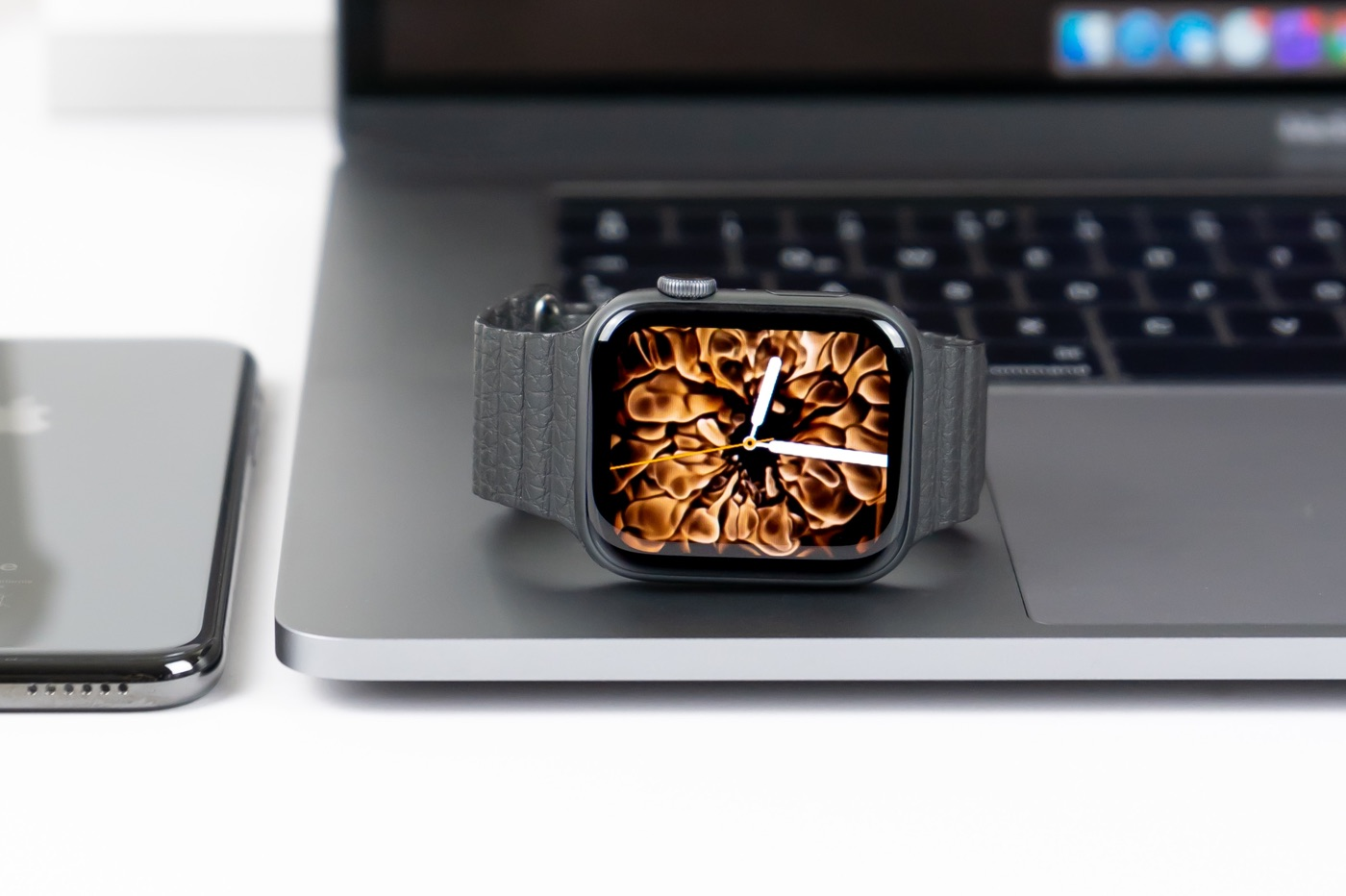 Apple Watch MacBook iPhone