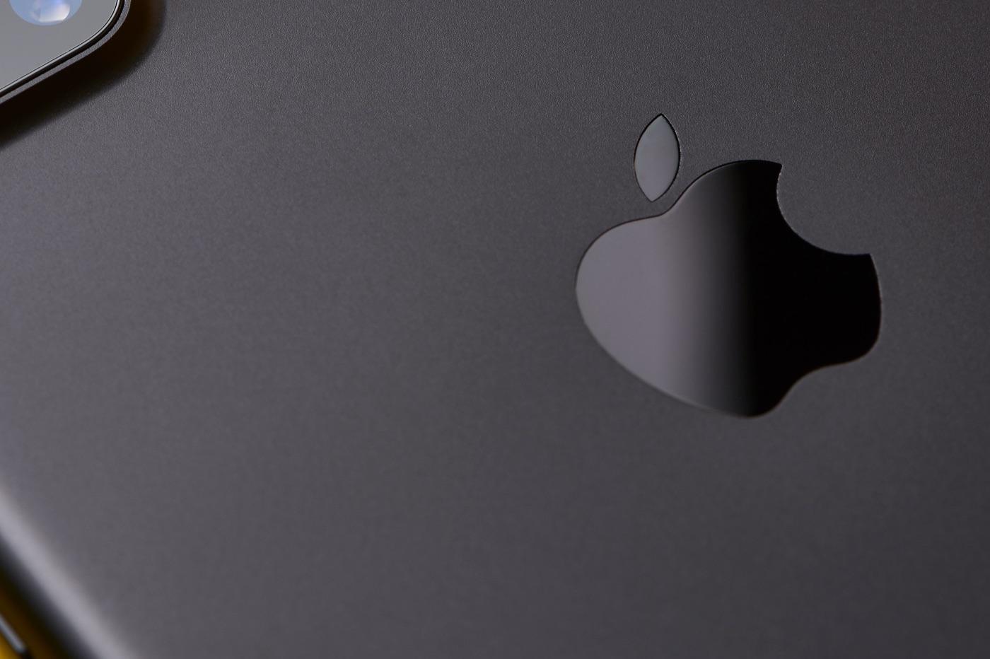 Dos iPhone noir logo pomme