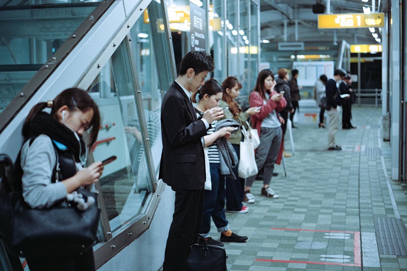 Des gens utilisant leur smartphone