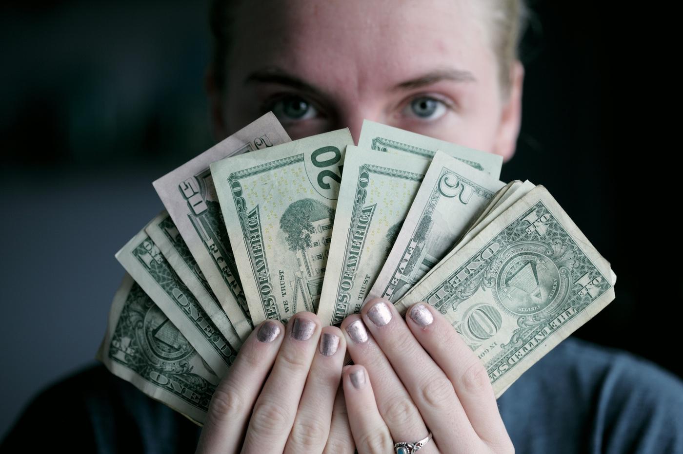 argent dans les mains