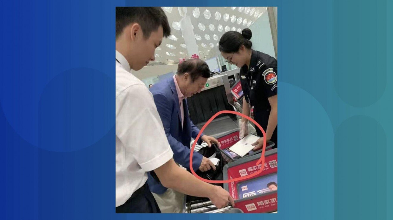 PDG de Huawei avec un iPad à l'aéroport