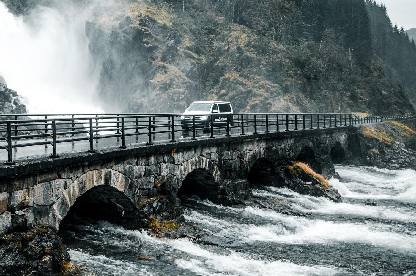 voiture sur pont