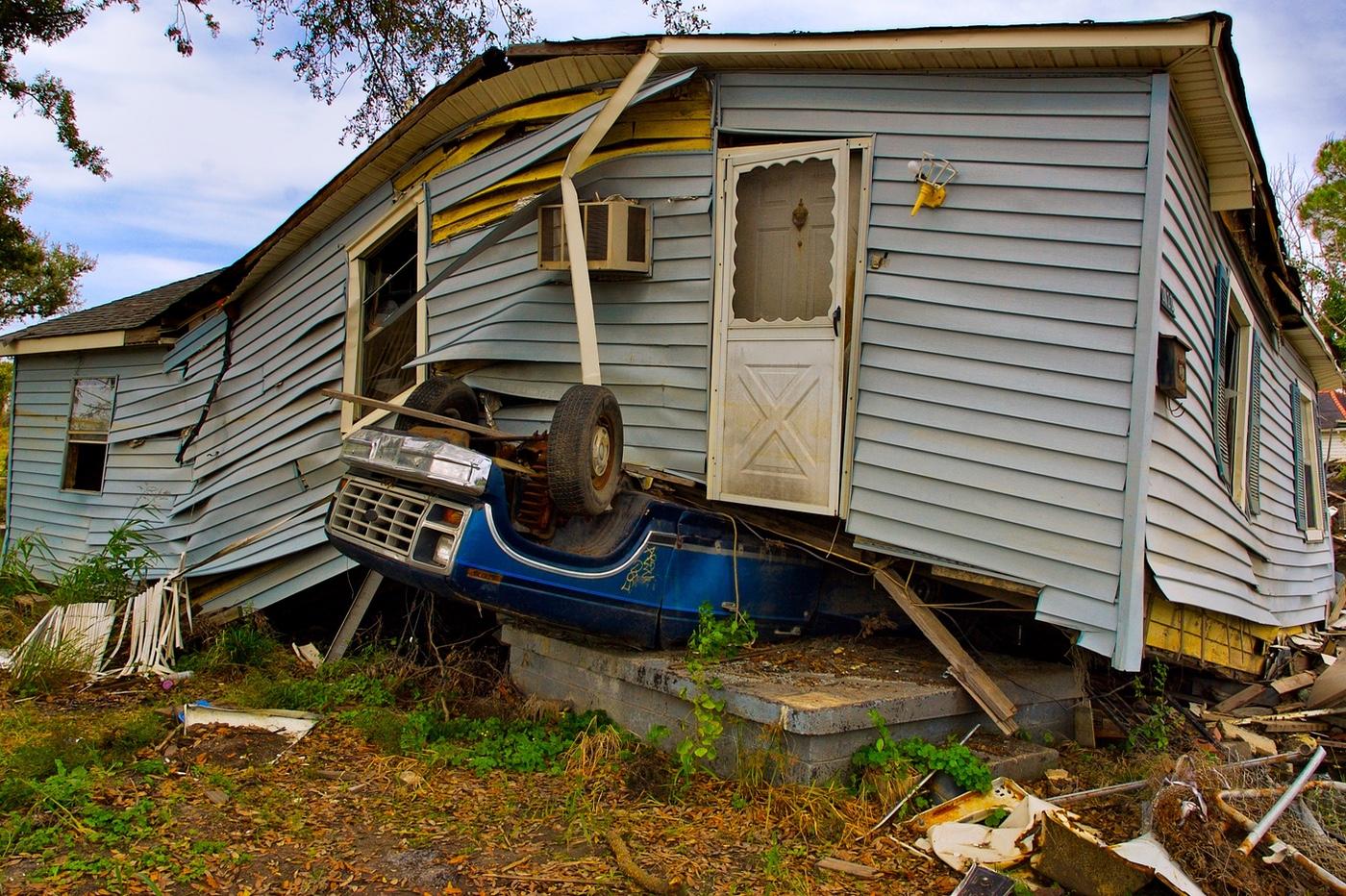 voiture écrasée par une maison