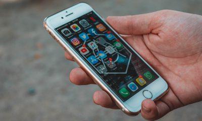 iPhone dans la main