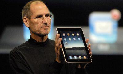 Steve Jobs avec le premier iPad