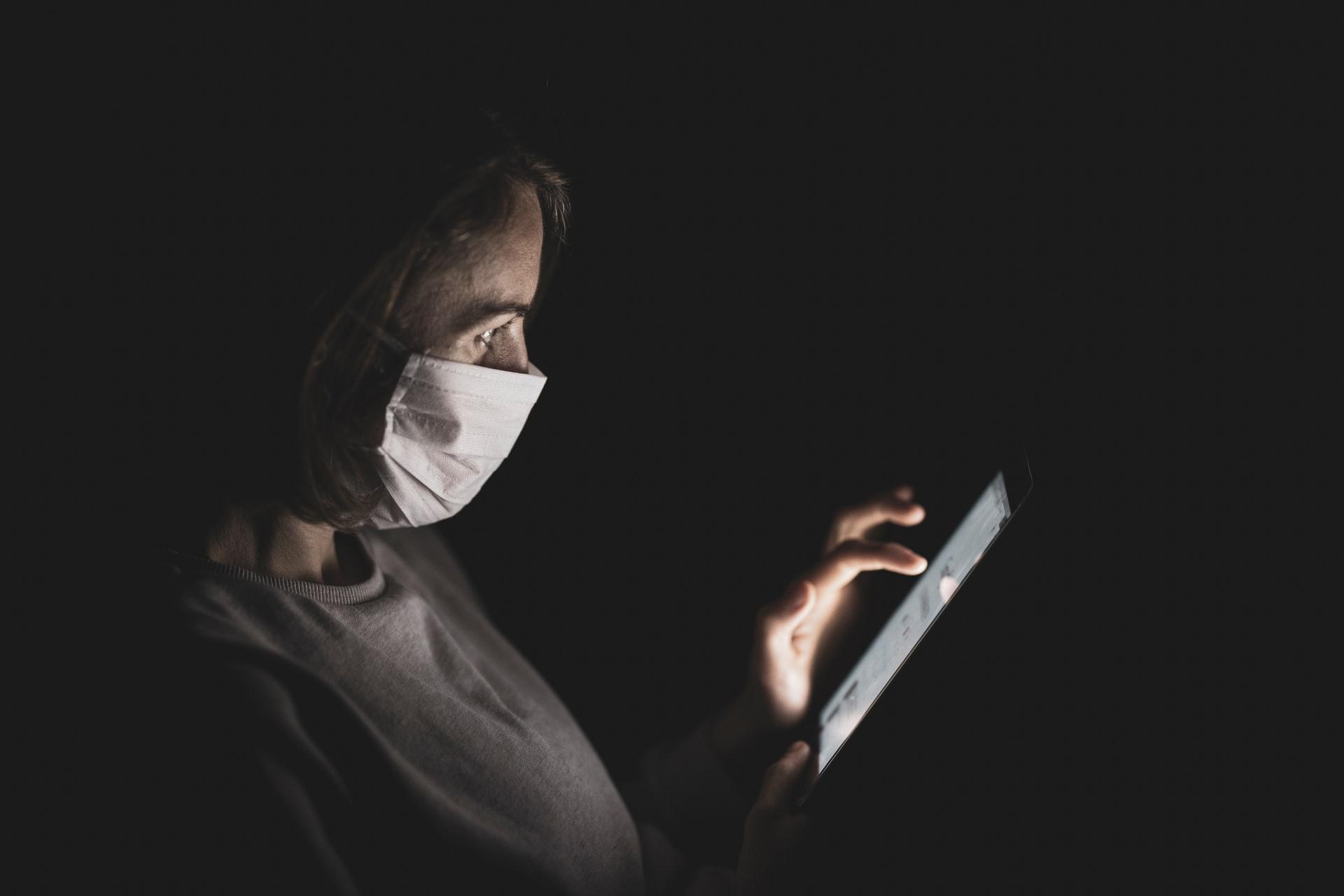 Masque et smartphone