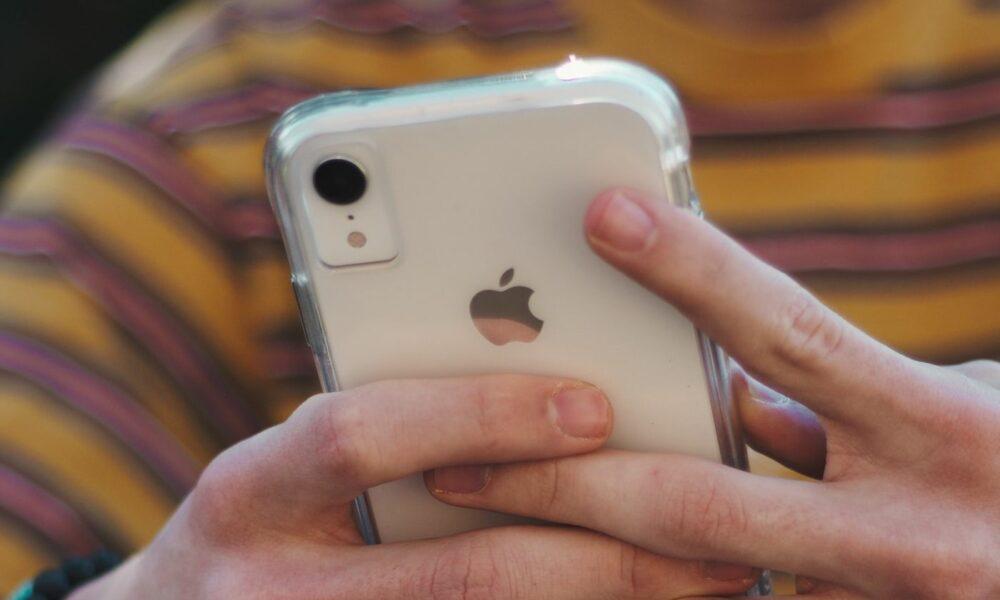 iPhone XR blanc dans les mains