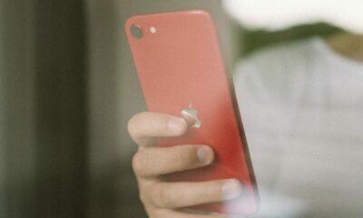 iPhone de dos à la main