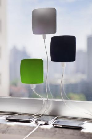 un chargeur usb solaire pour iphone coller contre une vitre. Black Bedroom Furniture Sets. Home Design Ideas