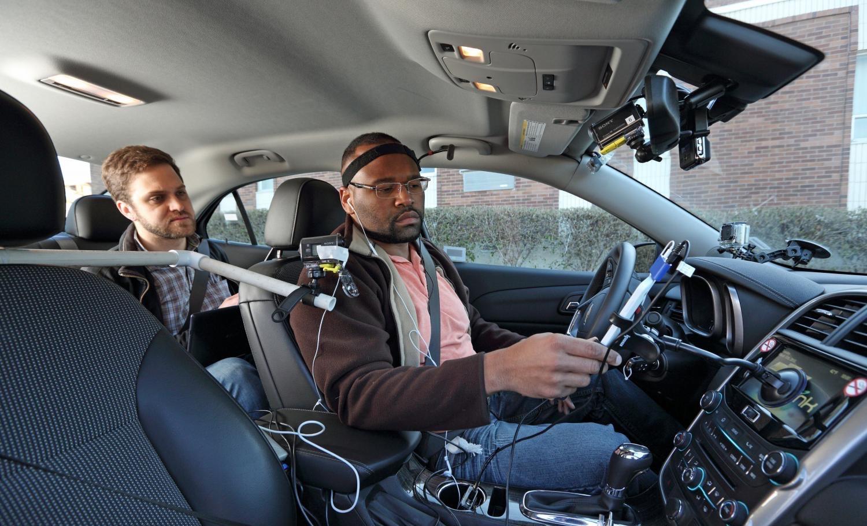 Étude : parler à son smartphone en voiture distrait plus ou moins, selon l'OS !