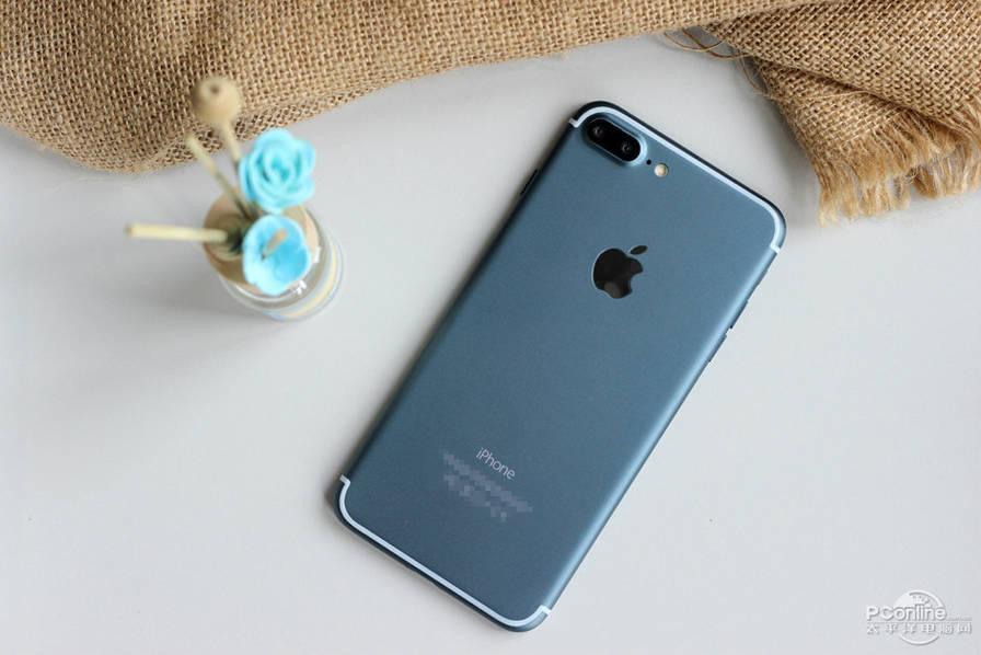 premi res photos de ce qui se veut tre un iphone 7 bleu fonctionnel mais iphone x 8. Black Bedroom Furniture Sets. Home Design Ideas