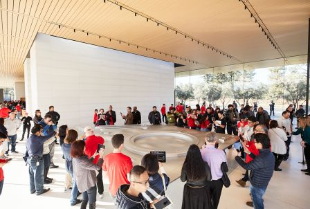 apple-park-visitor-center-ar-crowd.jpg