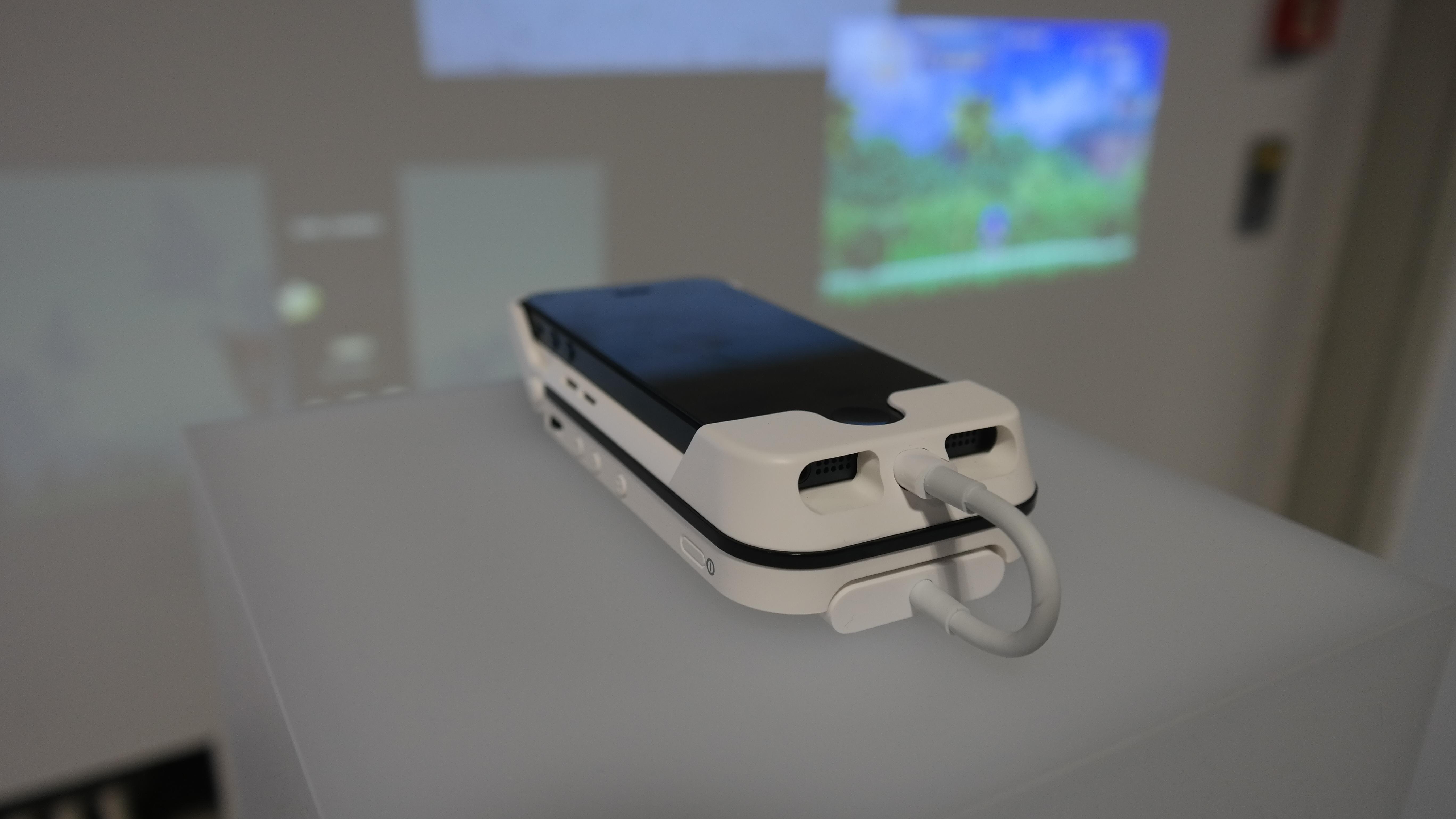 Aiptek présente sa coque vidéoprojecteur pour iPhone 5