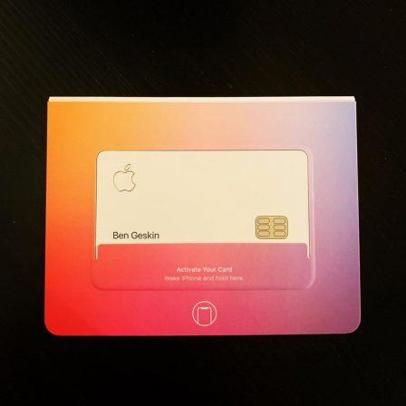 Photo des premières cartes de crédit Apple, avec leur packaging NFC 2