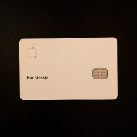 Photo des premières cartes de crédit Apple, avec leur packaging NFC 3